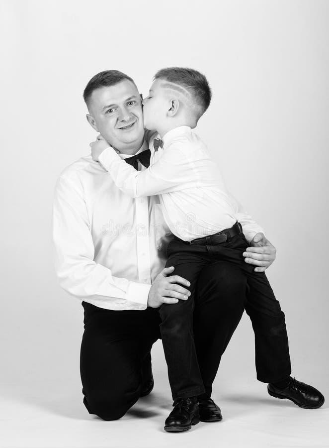 Jong geitjekus zijn vader Smokingstijl weinig jongen met papazakenman Familiedag esthete Mannelijke manier Gelukkig kind met stock fotografie