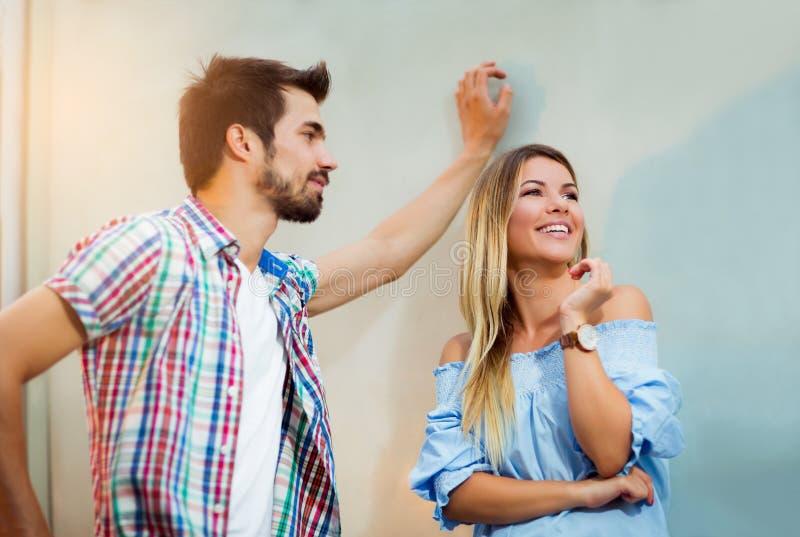 Jong gelukkig aantrekkelijk paar, vriend die aan meisje kijken stock foto