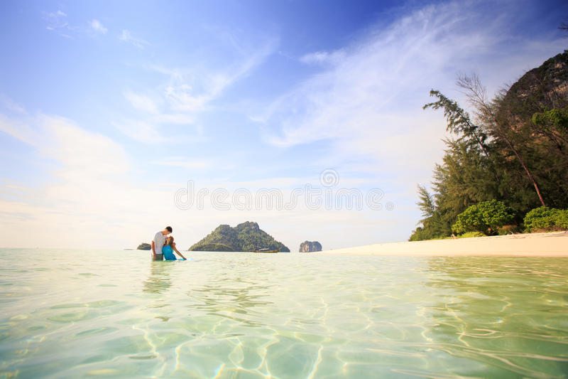 Jong gelukkig Aziatisch paar op eiland stock foto's
