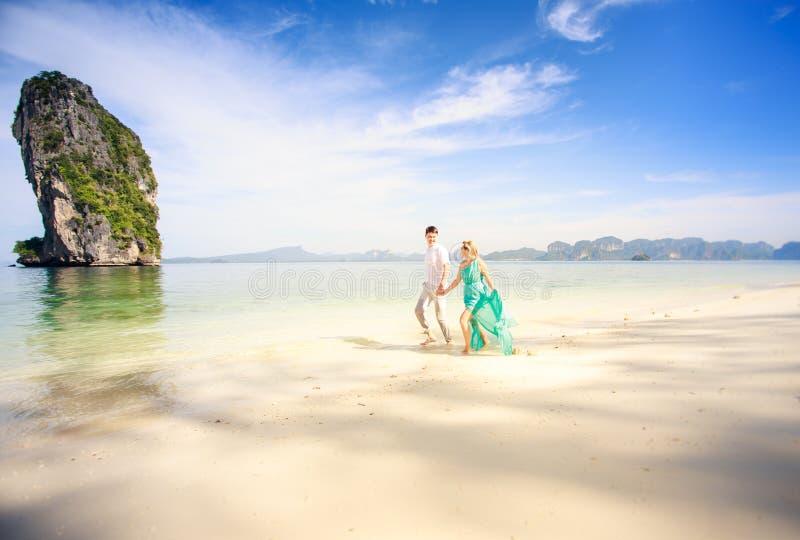 Jong gelukkig Aziatisch paar op wittebroodsweken royalty-vrije stock afbeeldingen