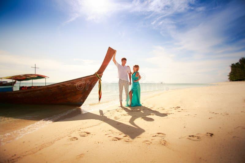 Jong gelukkig Aziatisch paar op wittebroodsweken stock afbeelding