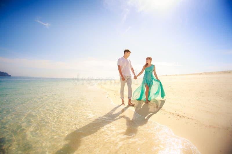 Jong gelukkig Aziatisch paar op wittebroodsweken royalty-vrije stock foto's