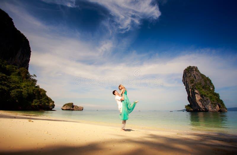 Jong gelukkig Aziatisch paar op wittebroodsweken stock foto's