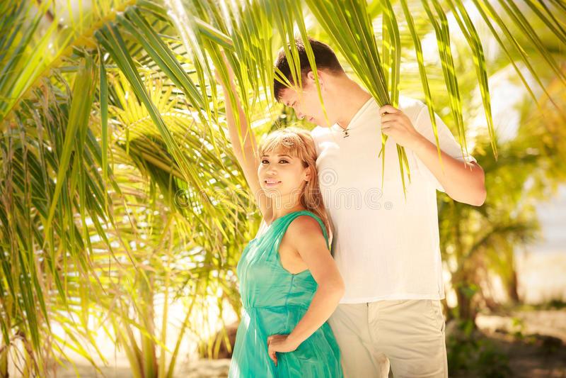 Jong gelukkig Aziatisch paar op wittebroodsweken royalty-vrije stock foto