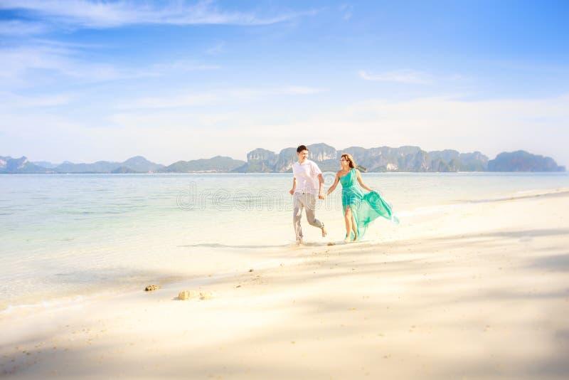 Jong gelukkig Aziatisch paar op wittebroodsweken stock fotografie