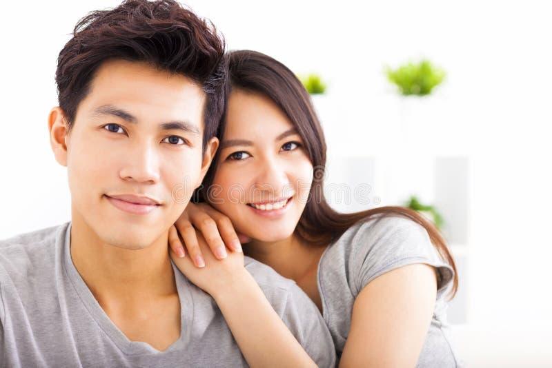 Jong gelukkig en paar die koesteren glimlachen royalty-vrije stock afbeelding