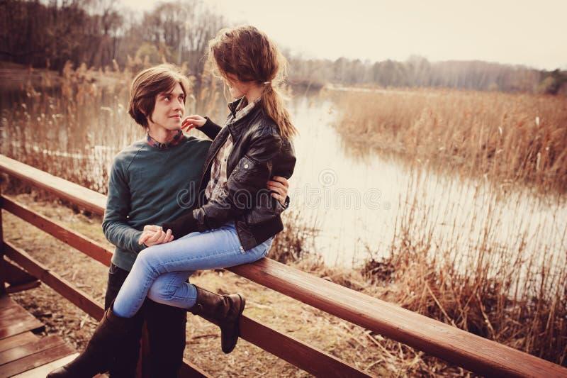 Jong gelukkig houdend van paar die pret op de gang in de vroege lente hebben royalty-vrije stock foto