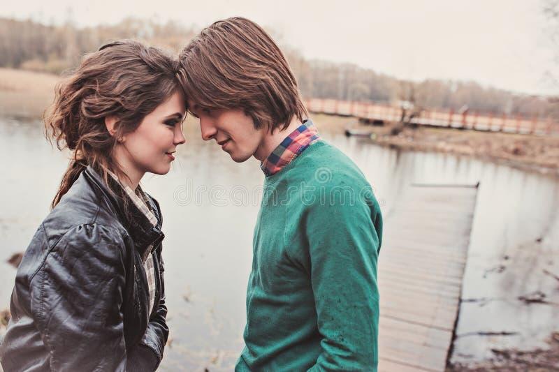 Jong gelukkig houdend van paar op de gang die elkaar bekijken stock fotografie