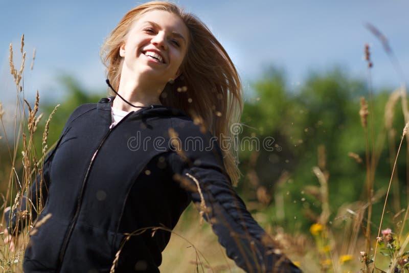 Jong gelukkig meisje die op het gebied lopen royalty-vrije stock foto's