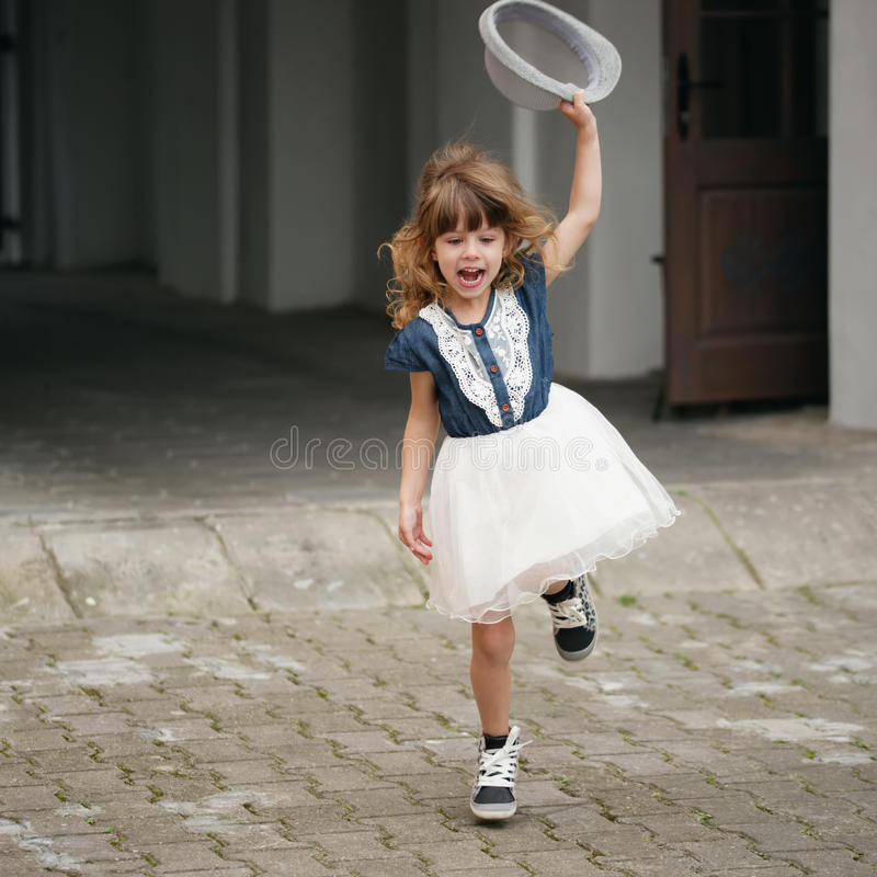 Jong gelukkig meisje die weglopen royalty-vrije stock foto