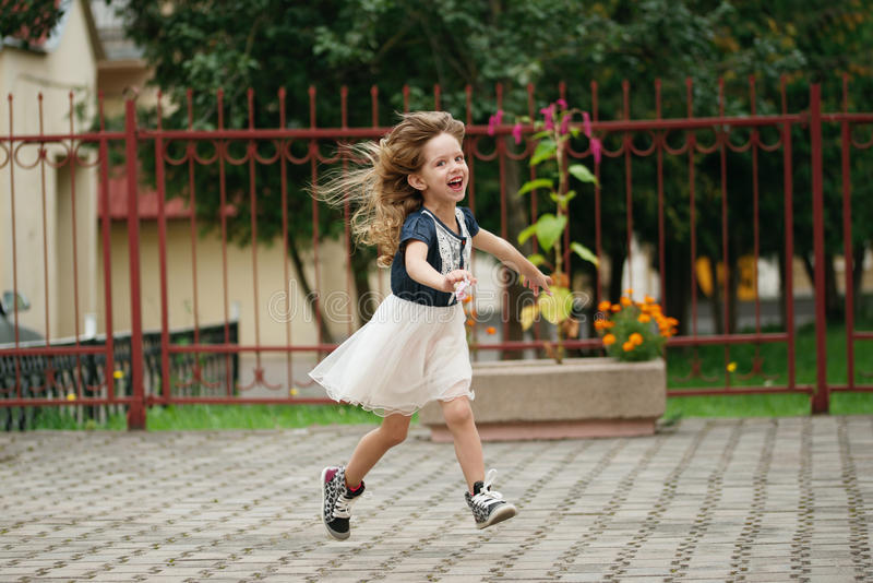 Jong gelukkig meisje die weglopen royalty-vrije stock foto's