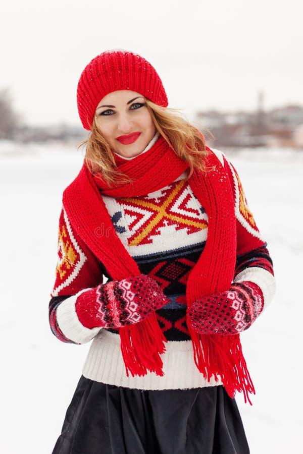 Jong gelukkig mooi blondemeisje (27 jaar) op de sneeuwachtergrond royalty-vrije stock fotografie
