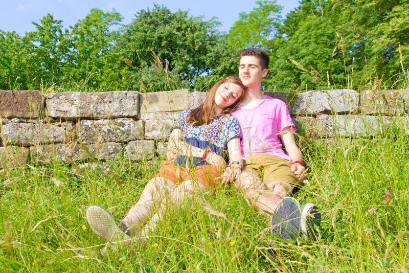 Jong, gelukkig paar in de aard stock foto's