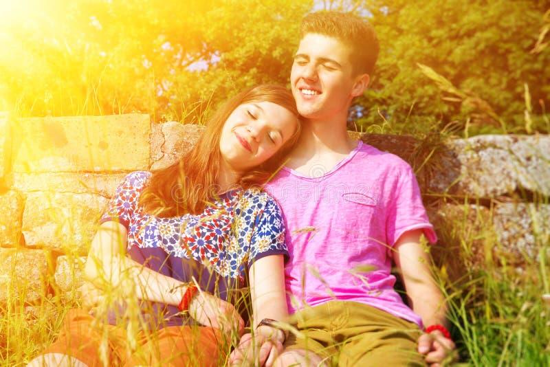 Jong, gelukkig paar in de zon stock fotografie