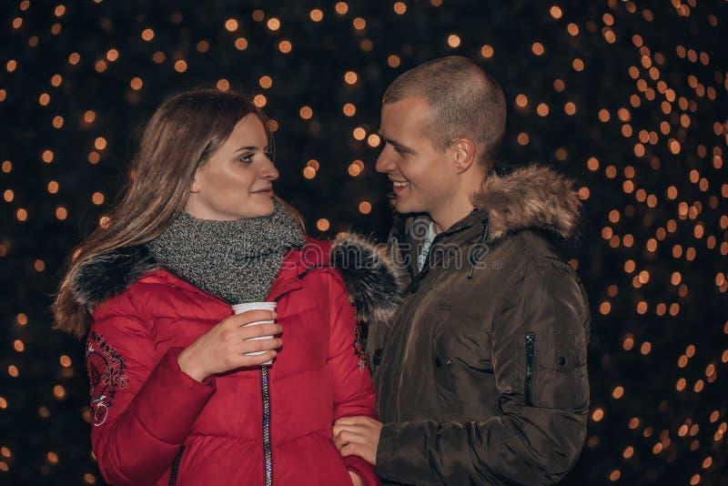 Jong gelukkig paar die bij nacht omhelzen royalty-vrije stock afbeelding