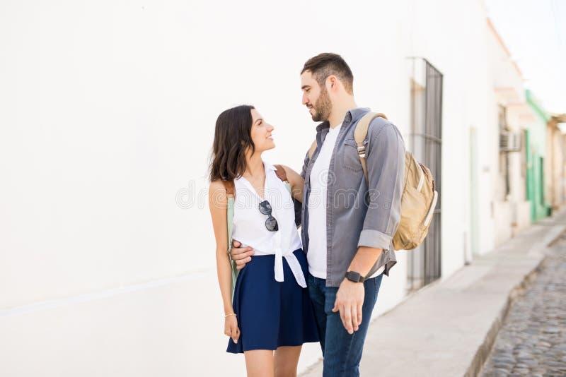 Jong gelukkig paar die elke anderen onderzoeken ogen stock afbeelding