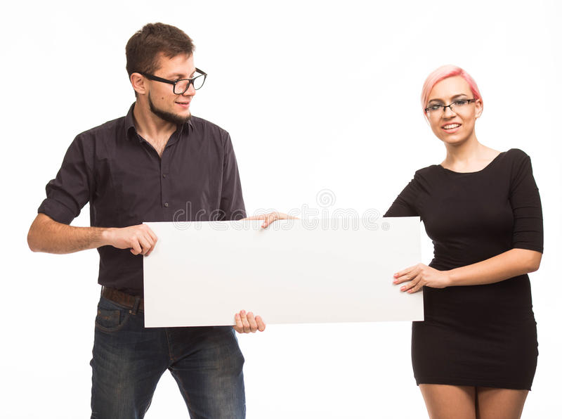 Jong gelukkig paar die presentatie tonen die aanplakbiljet richten royalty-vrije stock fotografie
