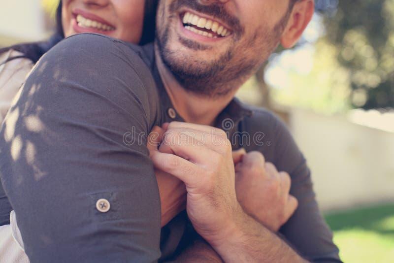 Jong gelukkig paar die samen van in stadspark genieten stock foto's