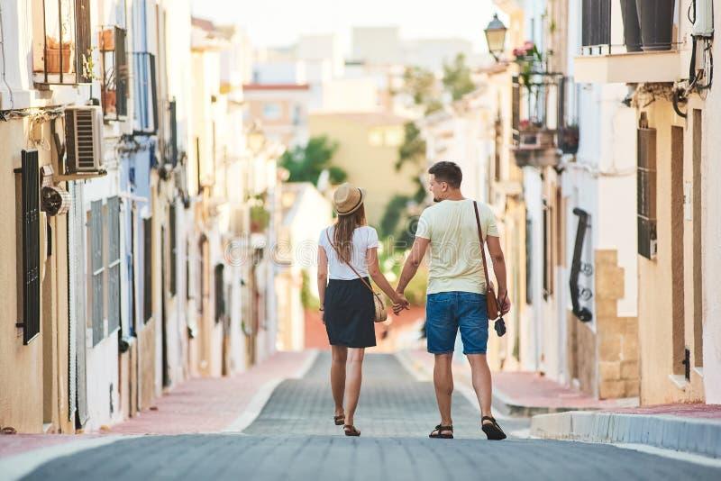 Jong gelukkig paar die in Spanje lopen stock afbeelding