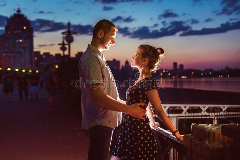 Jong gelukkig paar die van elkaar in avond genieten stock afbeelding