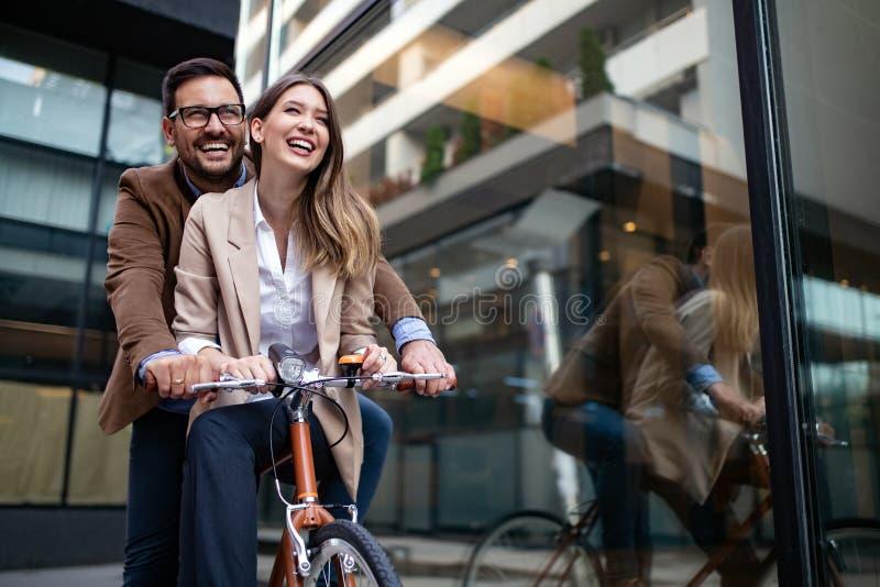 Jong gelukkig paar die van stad, het hebben van pret en het dateren genieten stock foto's