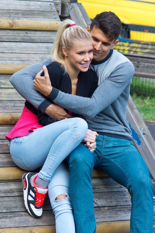 Jong Gelukkig Paar in Liefde stock fotografie