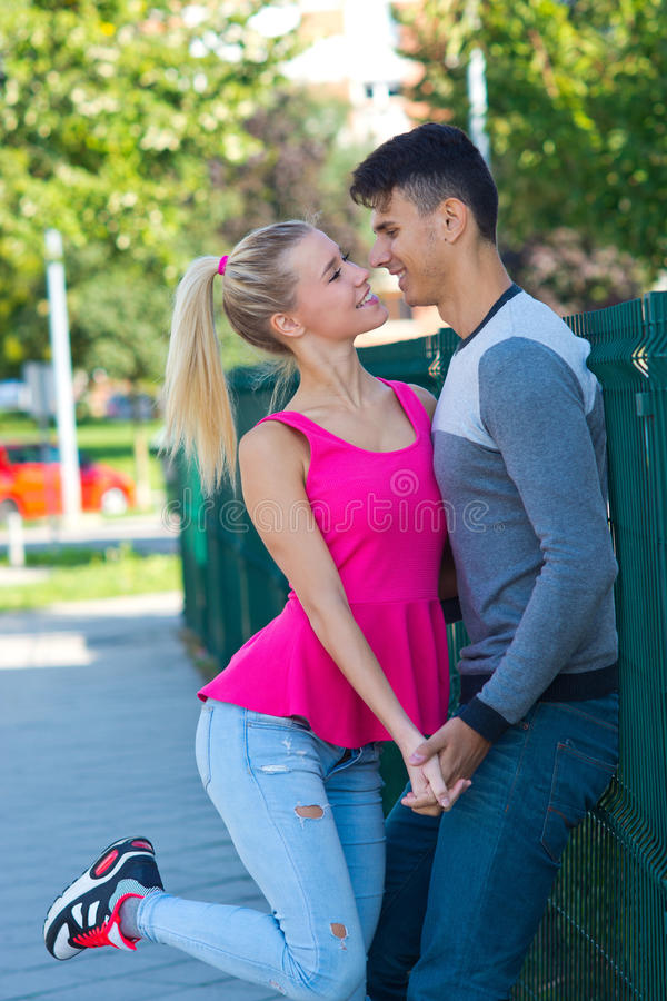 Jong Gelukkig Paar in Liefde stock afbeelding