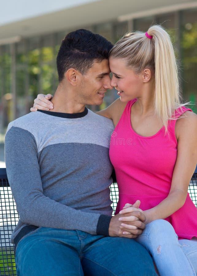 Jong Gelukkig Paar in Liefde stock foto's