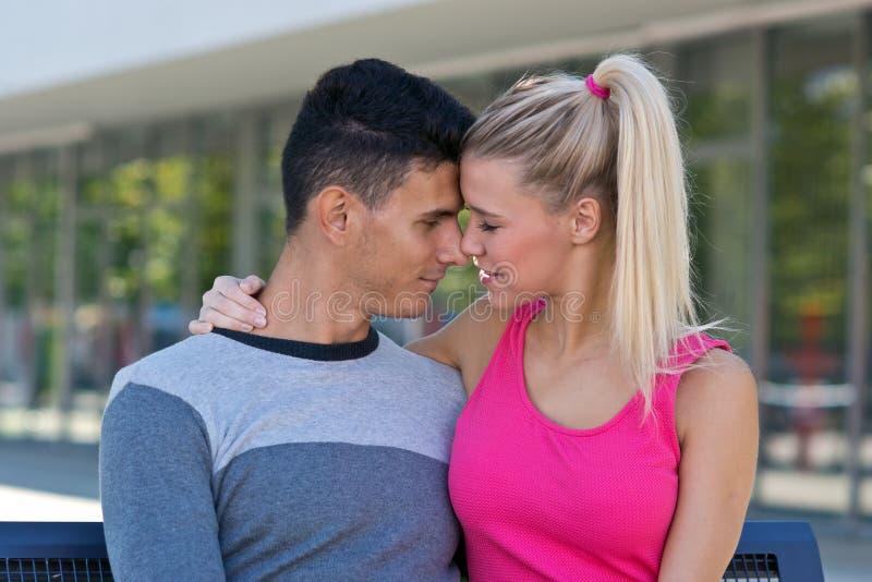 Jong Gelukkig Paar in Liefde royalty-vrije stock afbeeldingen