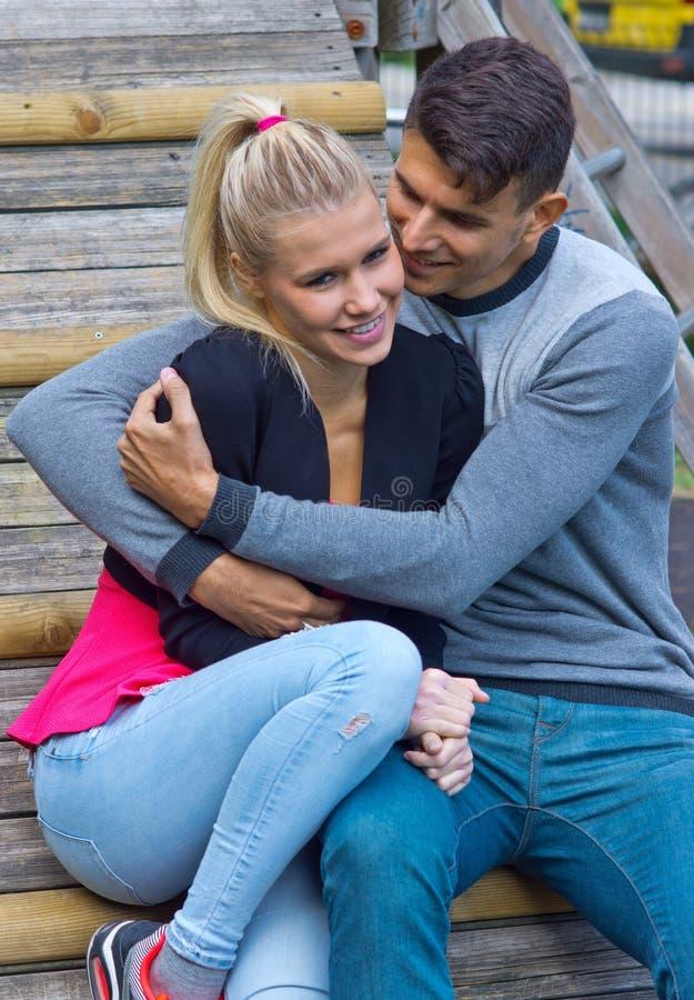 Jong Gelukkig Paar in Liefde stock foto