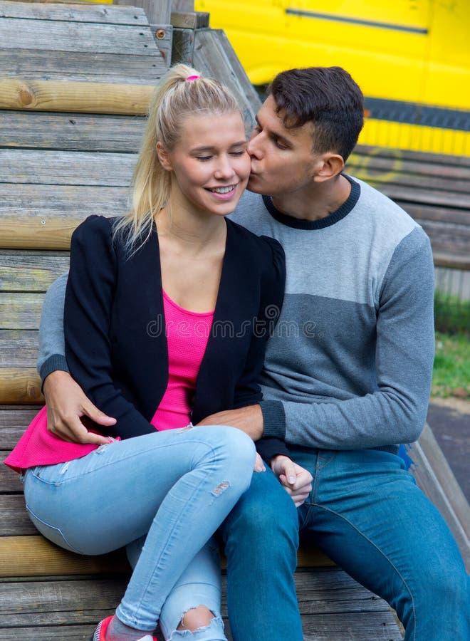 Jong Gelukkig Paar in Liefde stock afbeeldingen
