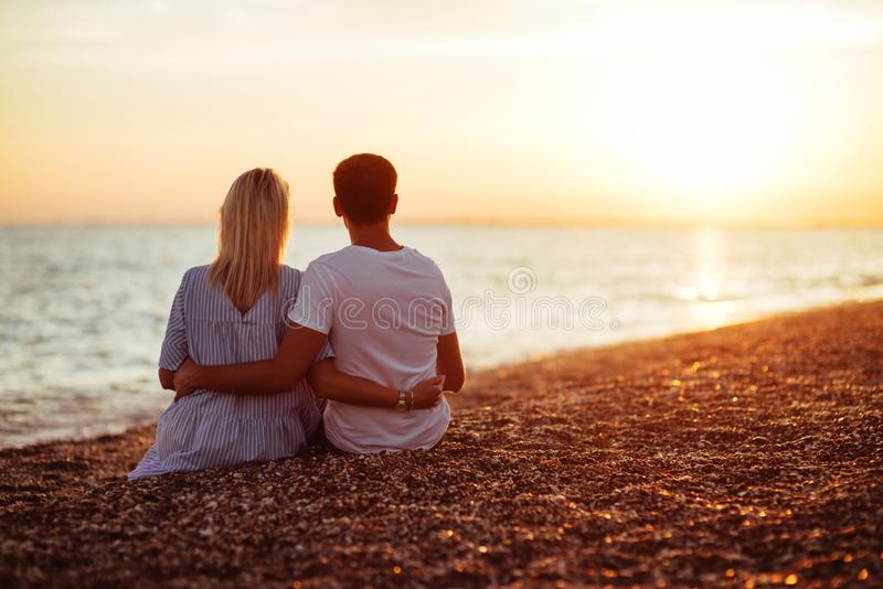 Jong gelukkig paar op kust royalty-vrije stock foto's