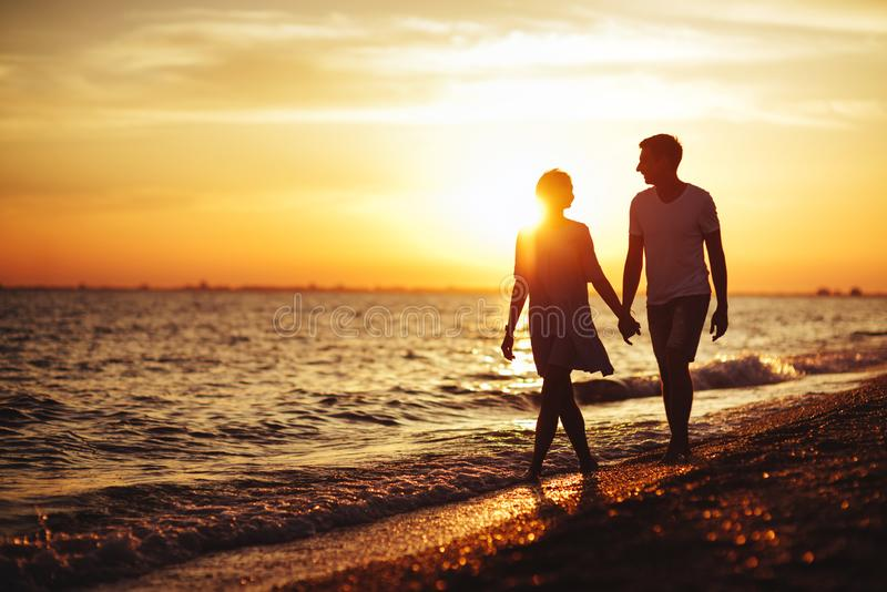 Jong gelukkig paar op kust stock foto