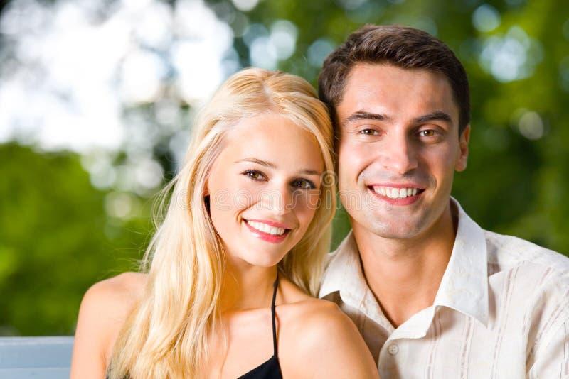 Jong gelukkig paar, in openlucht royalty-vrije stock foto's