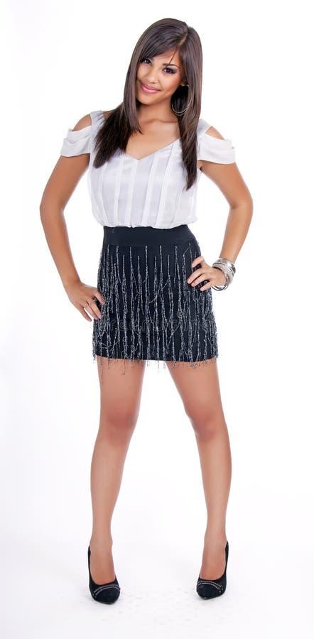 Jong gelukkig tienermeisje dat blouse en rok draagt royalty-vrije stock afbeeldingen