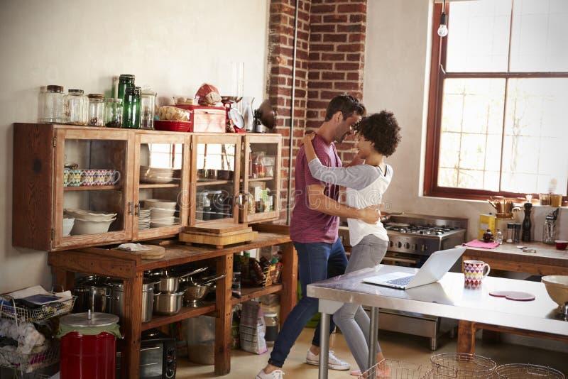 Jong gemengd raspaar die in keuken, volledige lengte dansen stock afbeeldingen