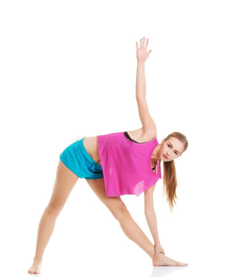 Jong gezond meisje die uitrekkende oefeningen doen royalty-vrije stock foto