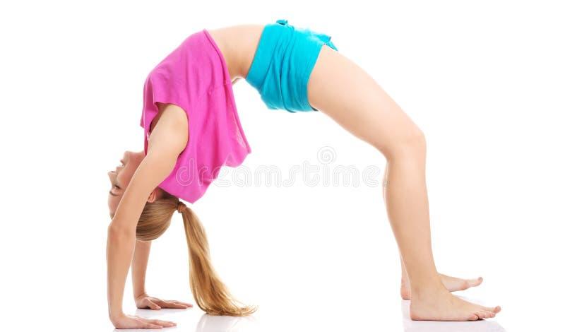 Jong gezond meisje die uitrekkende oefeningen doen royalty-vrije stock afbeelding