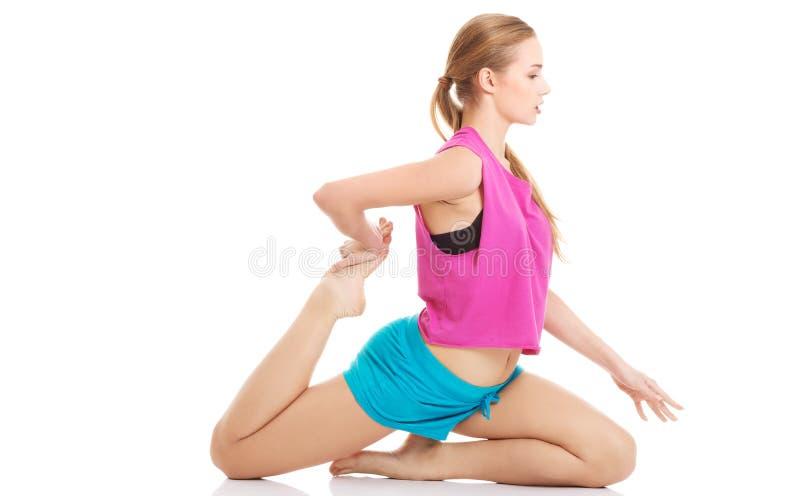 Jong gezond meisje die uitrekkende oefeningen doen stock foto