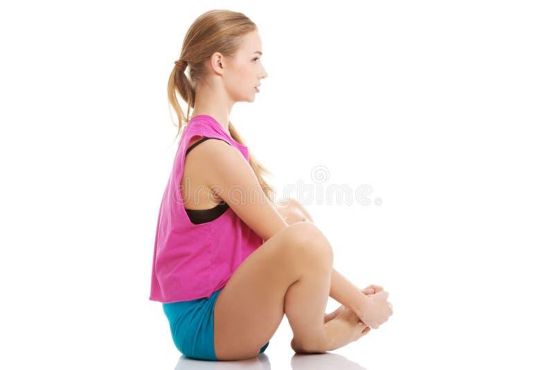Jong gezond meisje die uitrekkende oefeningen doen stock afbeeldingen