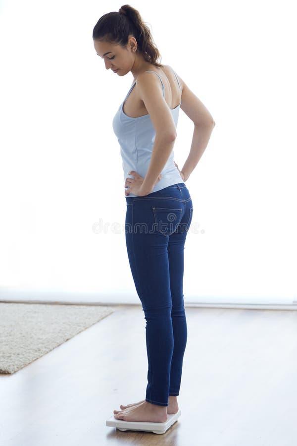 Jong gezond meisje op huisschalen stock foto's