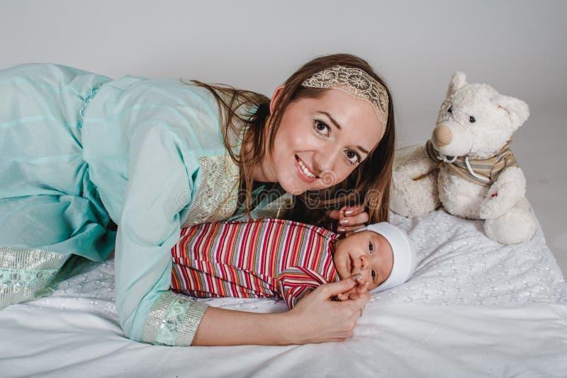 Jong glimlachend mamma en pasgeboren peuter stock afbeelding