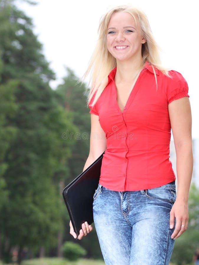 Jong glimlachend meisje royalty-vrije stock afbeelding