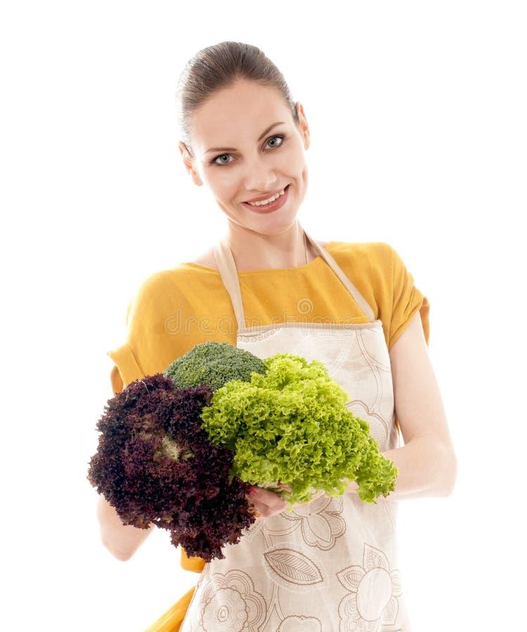 Jong glimlachend meisje die verse groenten houden stock afbeelding