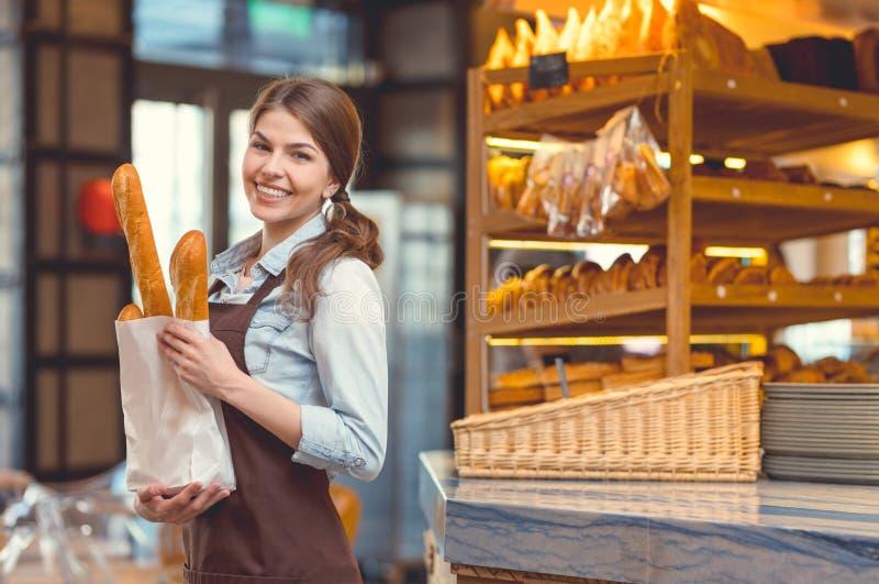 Jong glimlachend meisje met baguettes royalty-vrije stock foto's