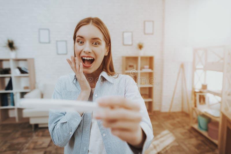 Jong Glimlachend Meisje met Zwangerschapstest thuis royalty-vrije stock afbeeldingen