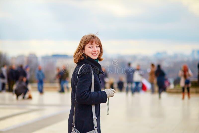Jong glimlachend meisje in Parijs stock foto