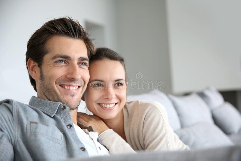 Jong glimlachend paar die naar toekomst kijken royalty-vrije stock fotografie