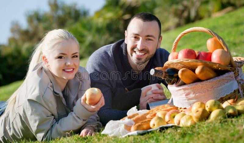 Jong glimlachend paar die zoals hebbend picknick babbelen royalty-vrije stock foto's