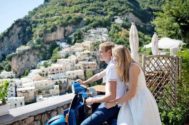 Jong glimlachend teder romantisch paar in Positano, Italië stock afbeeldingen